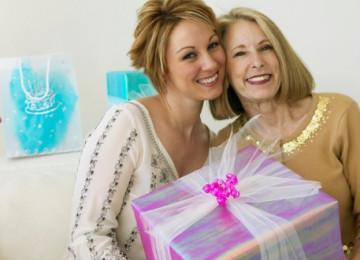 Что можно подарить любимой мамочке на праздник 8 марта?