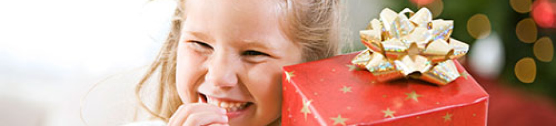 Идеи подарков школьникам на Новый год, чем порадовать ребенка дома и в школе?