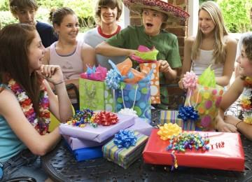 Какой подарок выбрать для подростка на день рождения: мальчику и девочке