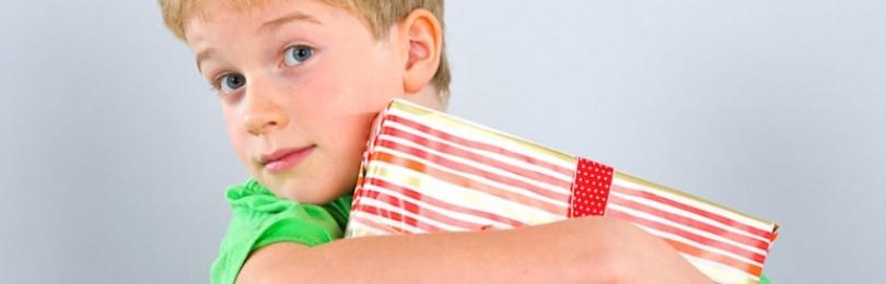 Что подарить мальчику на 23 февраля в зависимости от возраста, в детском саду и школе?