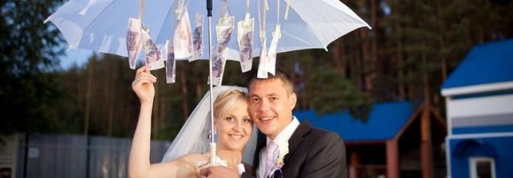 Один из лучших способов преподнести деньги на свадьбу – денежный зонт