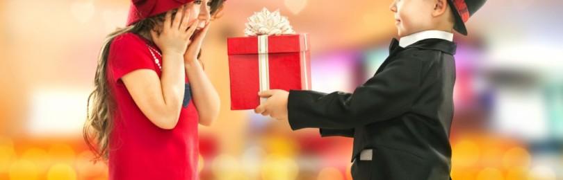 Что подарить девочке на праздник 8 марта от себя лично, в детском саду и школе?